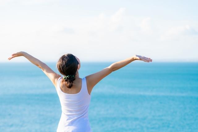 女性と海と空